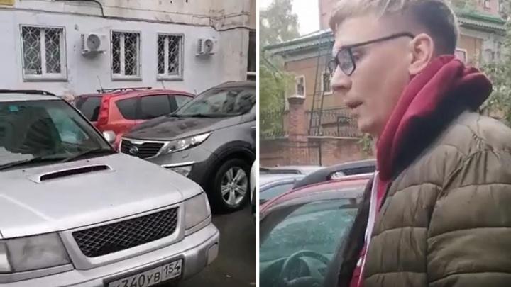 Девушка с ребенком пожаловалась, что ее машину запер автохам, — в ответ на замечание он наехал на нее и отнял телефон
