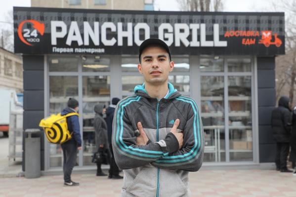 Давид Артинян за восемь лет прошел путь от киоска с бутербродами до собственной авторской шаурмы