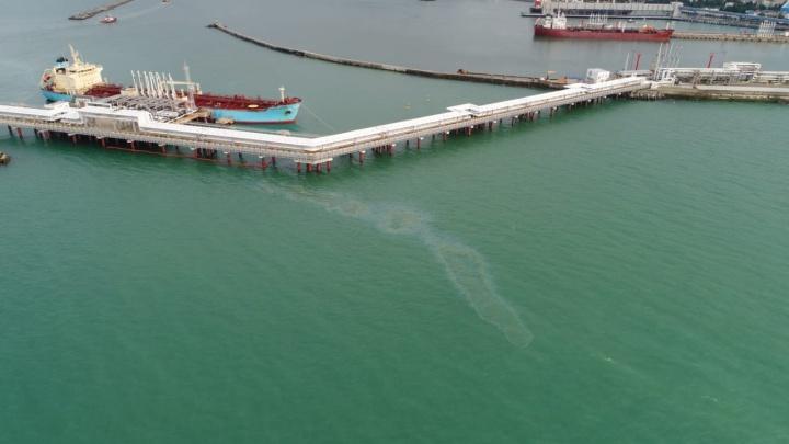 В Туапсе снова разлилась нефть в Черном море