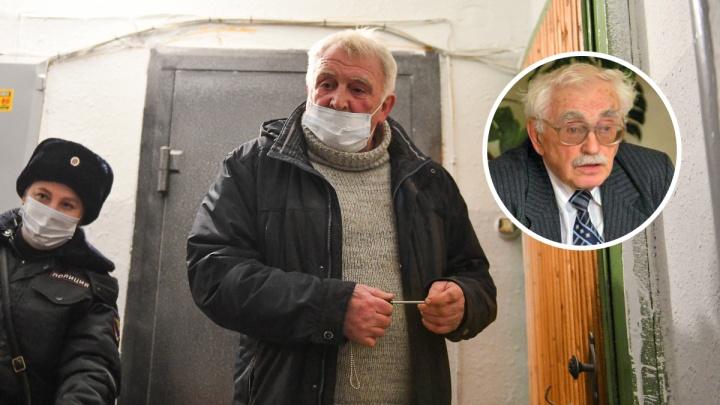 «Он у меня выбивает деньги!»: откровенный разговор с 95-летним профессором, которого сын запер в квартире