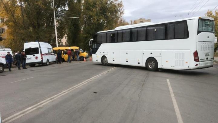 В Волгодонске столкнулись два автобуса. Двух человек госпитализировали