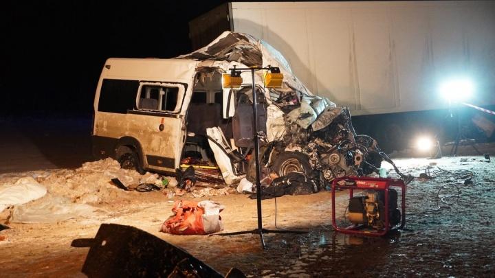 Следователи и разорванный микроавтобус: как выглядело место страшного ДТП под Самарой