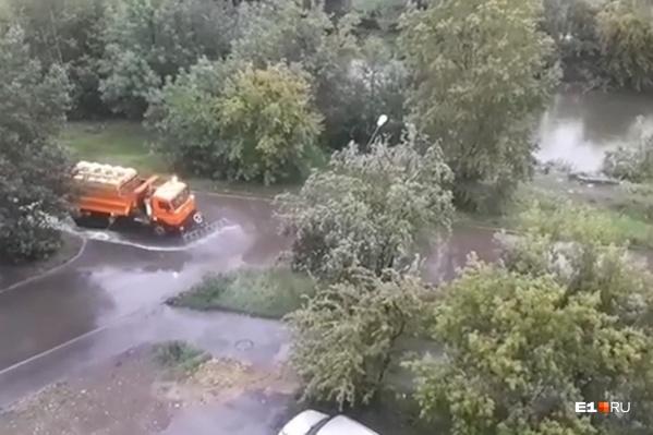 Машина проехала по улице Водной