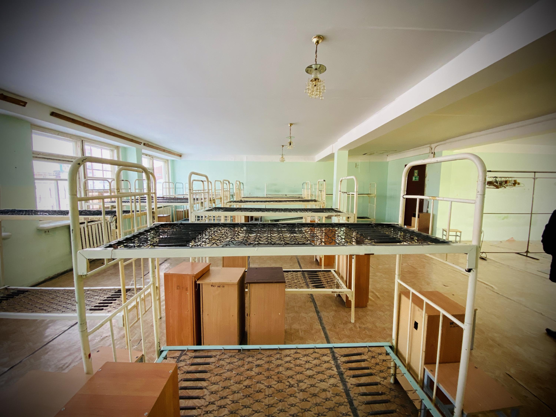 Заключенные жили единым бараком на несколько десятков человек. Камер на четверых-пятерых, как обычно показывают в фильмах, здесь не было
