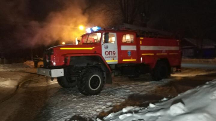 В частном секторе в Кольцово, где были частые перебои с электричеством, загорелся дом