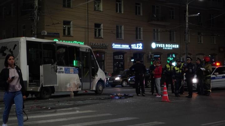 В центре иномарка влетела в маршрутку с пассажирами — автобус перевернулся