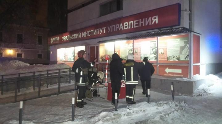 В Екатеринбурге вспыхнул пожар в здании Уральского института управления