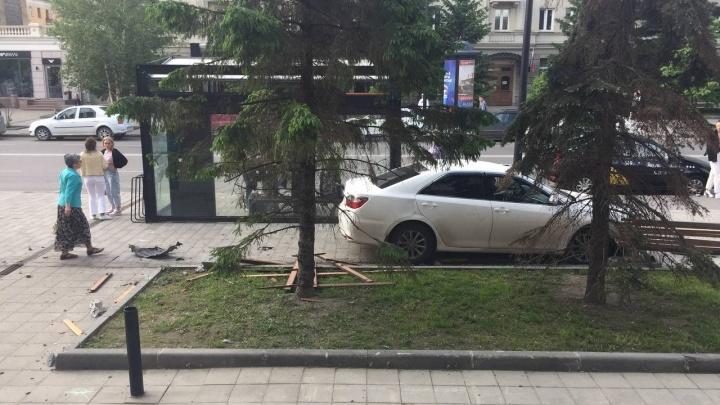 В вечернем ДТП на Мира автомобиль отбросило на пешеходов