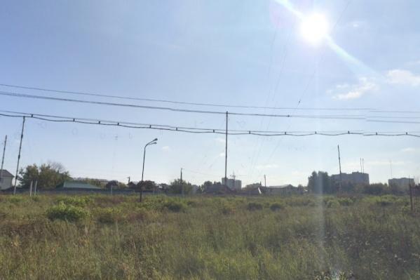 Рядом с местом убийства проходит железная дорога и стоит несколько домов