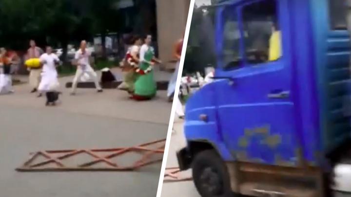 В центре Ярославля неуправляемый грузовик вылетел на тротуар в толпу кришнаитов