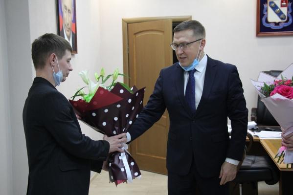 Павла Радаславского (слева) наградил глава Березников