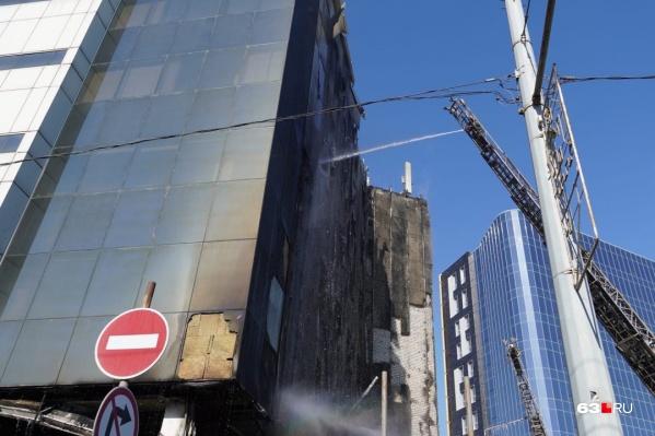 Огонь охватил 8 этажей здания