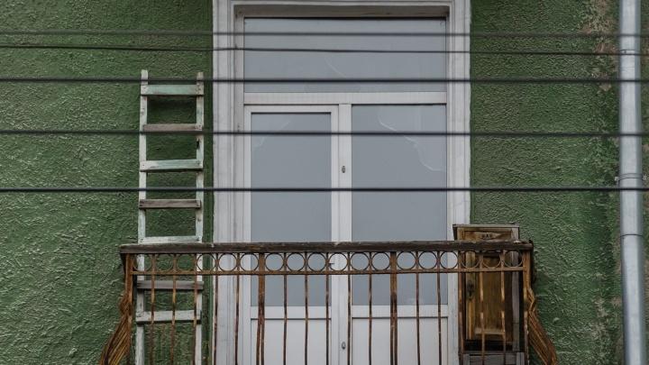 Сосед пожаловался на пермячку, и ее оштрафовали за курение на своем балконе. Что об этом говорит юрист?