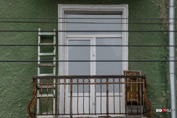 Женщина курила на балконе, и соседу это не нравилось
