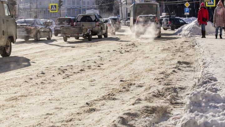Наледь повторяет контур дыр в асфальте: как в Ярославле почистили дороги — 23наглядных фото