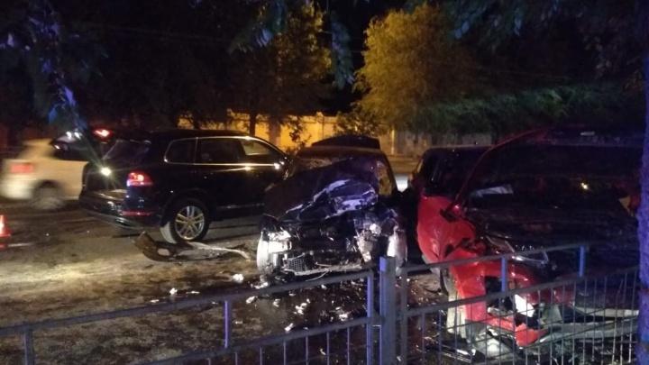 Двоих забрали в больницу: в Волгограде пьяная девица на Land Rover протаранила Renault Logan — видео