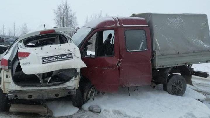 Под Лангепасом столкнулись три автомобиля. Один человек погиб, пятеро пострадали