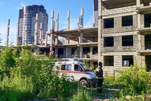 Трагедия произошла вечером 29 июня в 10-этажном долгострое на улице Кирпичный переулок, 1а
