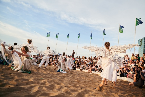 Основные вечерние активности фестиваля проходили на главной сценой, перед которой установили трибуны