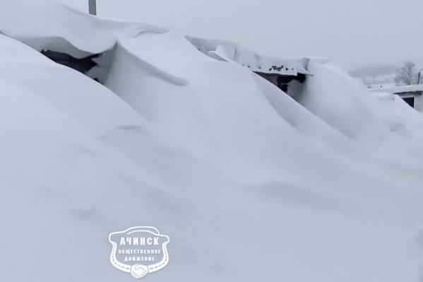 Целое гаражное сообщество оказалось под снегом