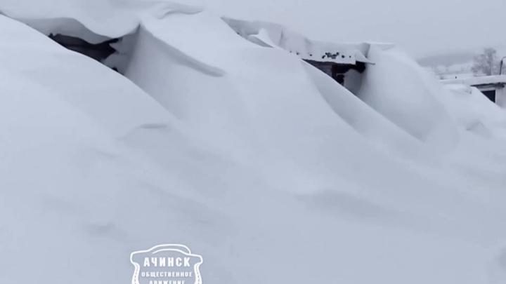 «Поставил машину до весны»: в Ачинске целый гаражный комплекс завалило снегом выше крыш