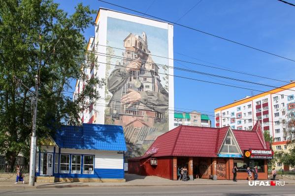 На фасадах четырех домов домов в Стерлитамаке — картины, их со своей командой создает уроженка города Лидия Аверина