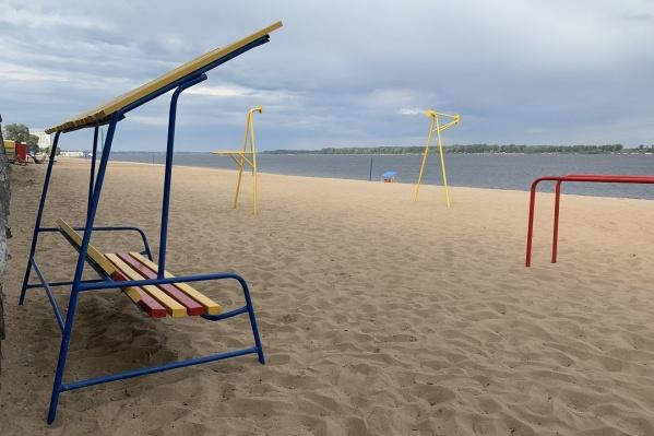 На городские пляжи уже завезли лавочки