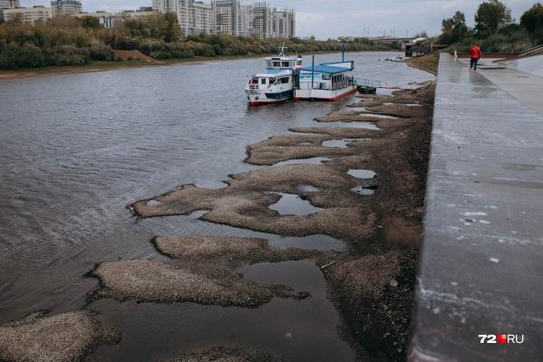 Вид с набережной в сторону заречных микрорайонов — вода ушла настолько, что появились островки