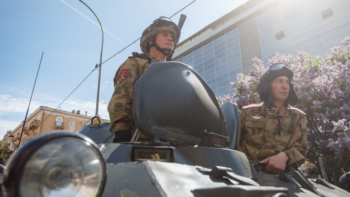 «Внучок там мой! Шестой в последней шеренге!»: в Волгограде прошла генеральная репетиция парада Победы