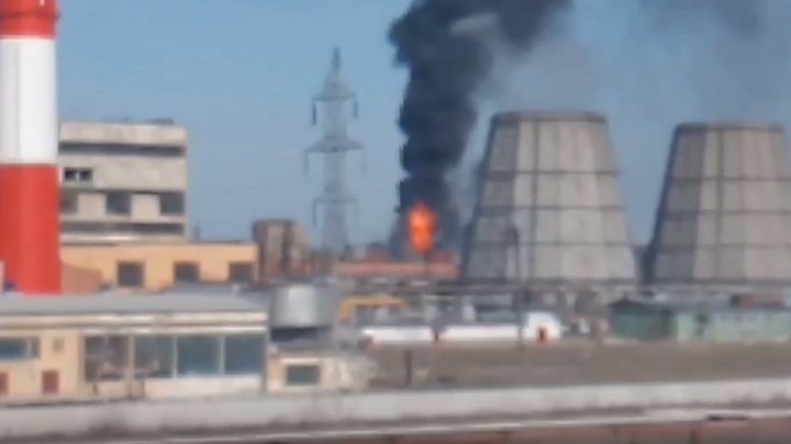 В Стерлитамаке на территории крупного завода вспыхнул пожар, очевидцы сняли его на видео