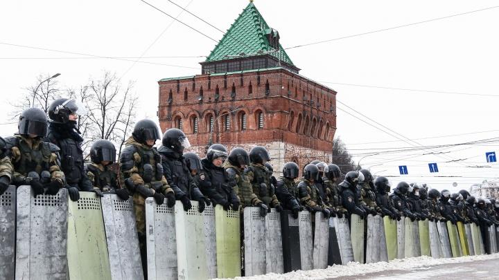 Стены щитов и закрытые площади: 10 говорящих фото с протестной акции в Нижнем Новгороде