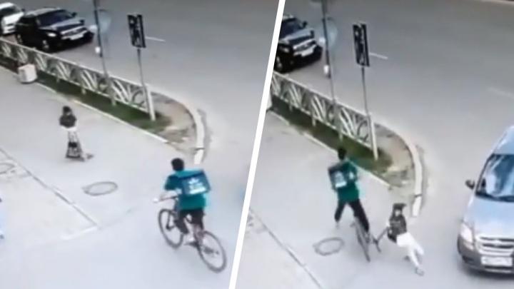 В Академическом лоб в лоб столкнулись курьер на велосипеде и девочка на самокате. К делу подключили полицию