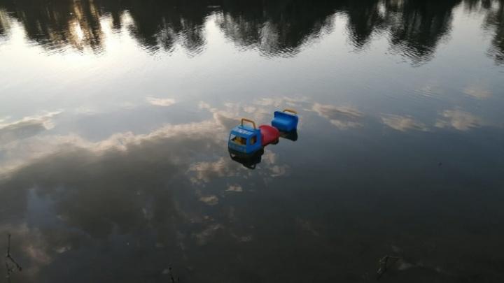 Под Волгоградом двухлетний малыш умер, рухнув в искусственный пруд