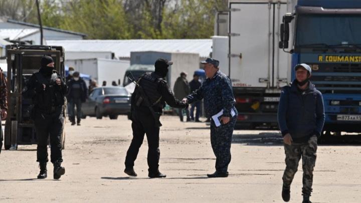 В осаде. Фоторепортаж изнутри спецоперации по зачистке рынков под Ростовом