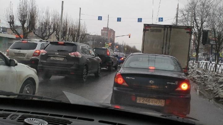 Почему Ярославль стал стоять в лютых пробках: пять причин от ГИБДД