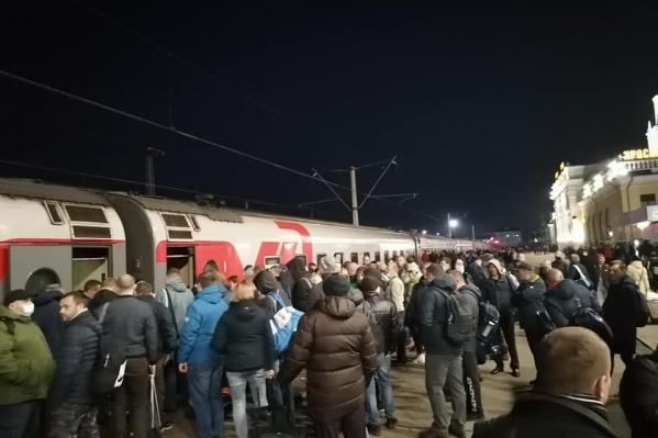 Толпа людей оказалась на вокзале ранним утром
