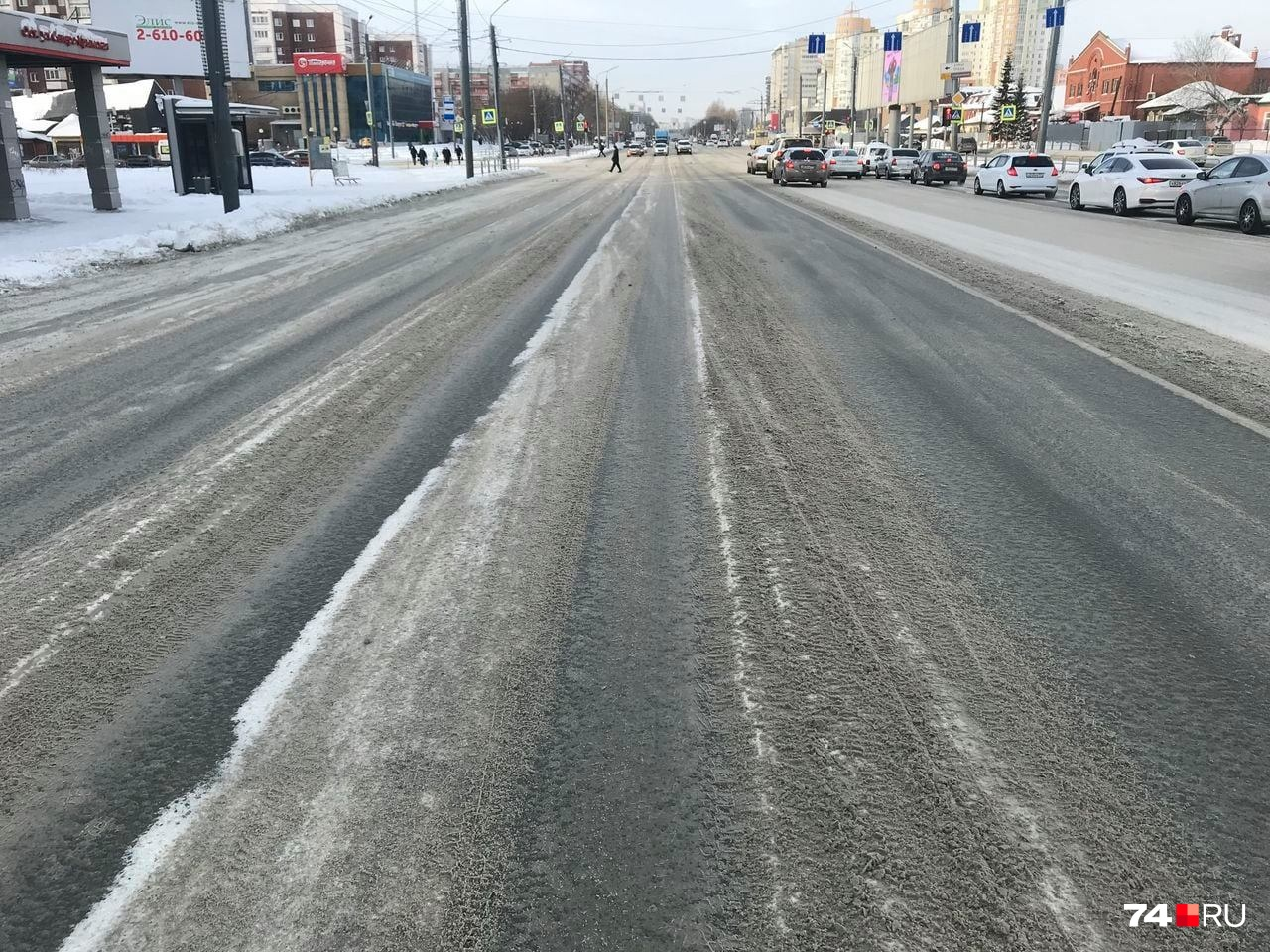 Улица Братьев Кашириных в эти выходные. Не так уж чисто, и колеи устрашающие