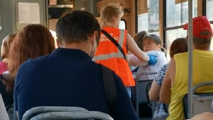 «Она имеет право бесплатно ездить?» В Екатеринбурге на видео сняли жаркий спор пассажирки с кондуктором