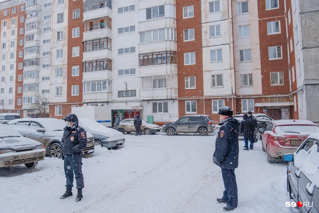 Двор и улицу, где произошла трагедия, оцепила полиция