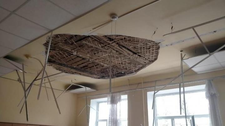 В Армавире в школе обрушился потолок, двое учеников пострадали
