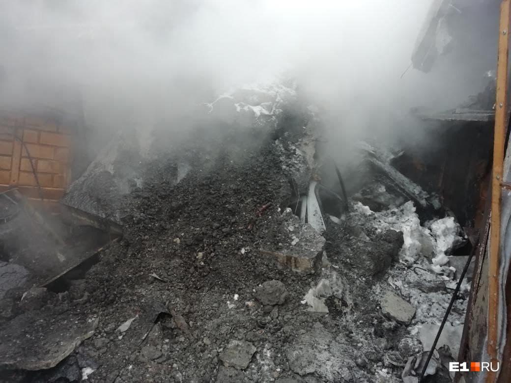 Взрывной волной разрушило стену между гаражами, обрушился потолок