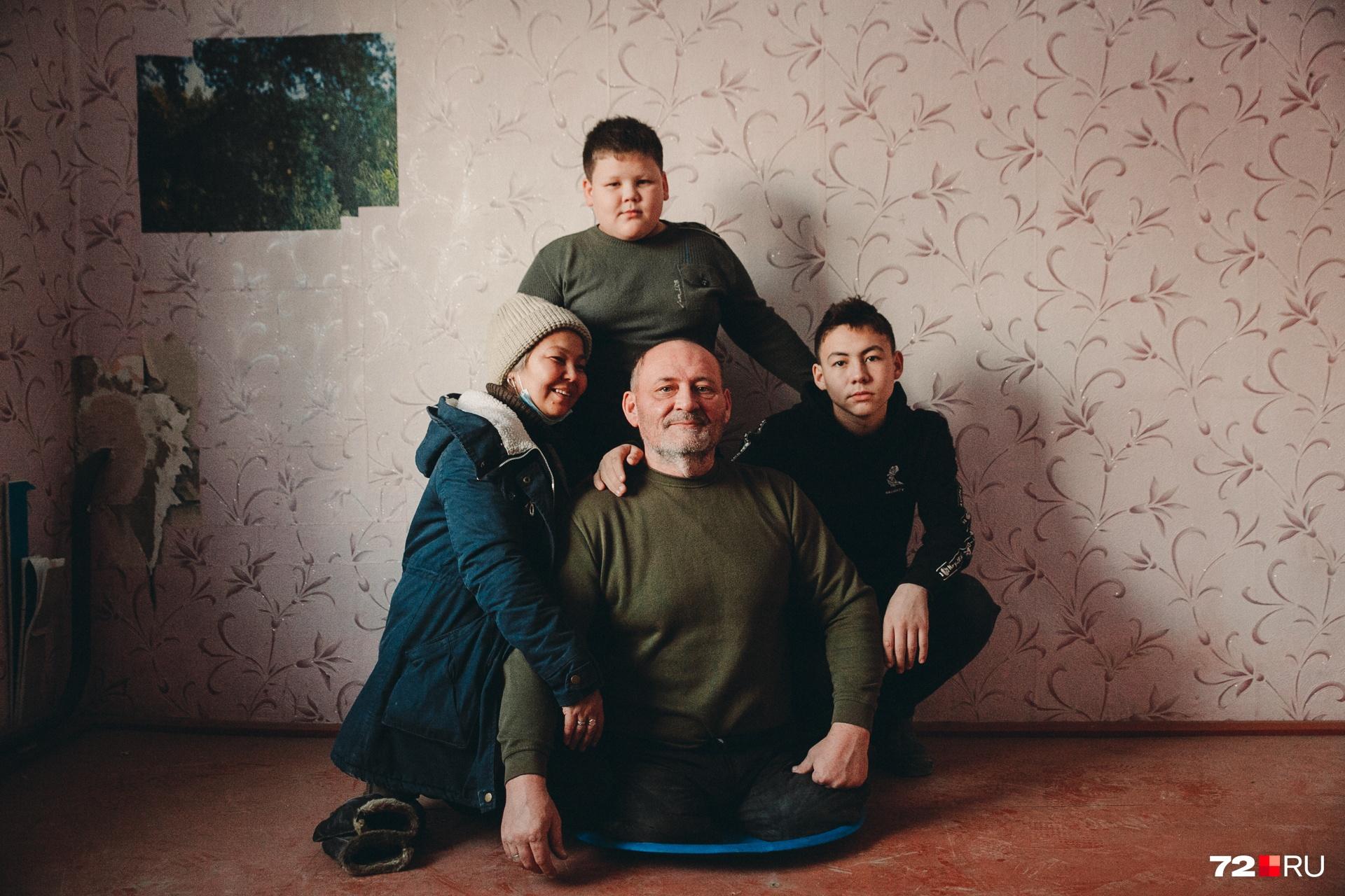 Во главе семьи — безногий Павел Васькин, фигурант двух уголовных дел. Для кого-то он не очень честный человек. Но для своих сыновей был и остается любимым отцом. Супруга тоже до конца поддерживает мужа