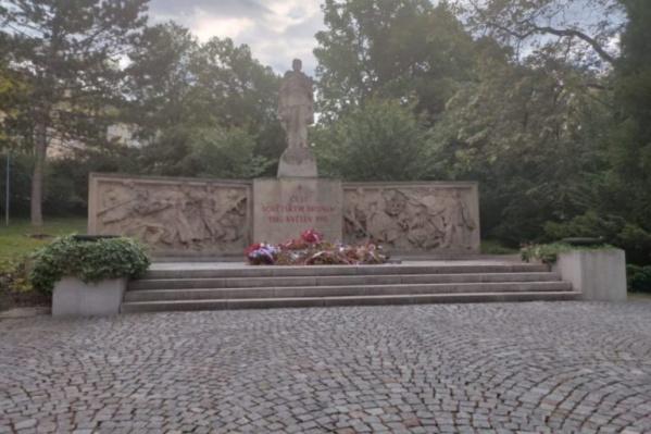 Установленный в Чехии мемориал советским воинам давно требовал ремонта