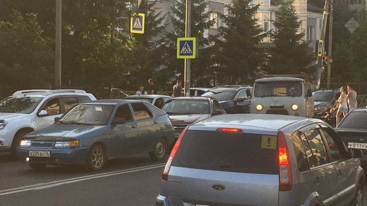 «Две аварии парализовали весь город»: центр Ярославля встал в десятибалльные пробки