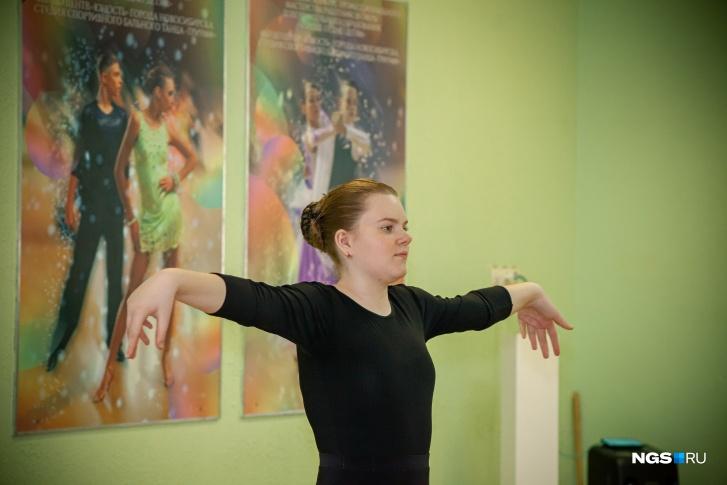 До занятий танцами Анастасия занималась йогой и плаванием, но они не помогали