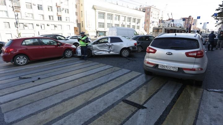 В Челябинске на проспекте Ленина встало движение из-за массового ДТП. Авария попала на видео
