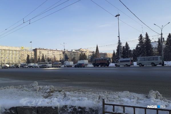 Автомобили стоят по периметру площади