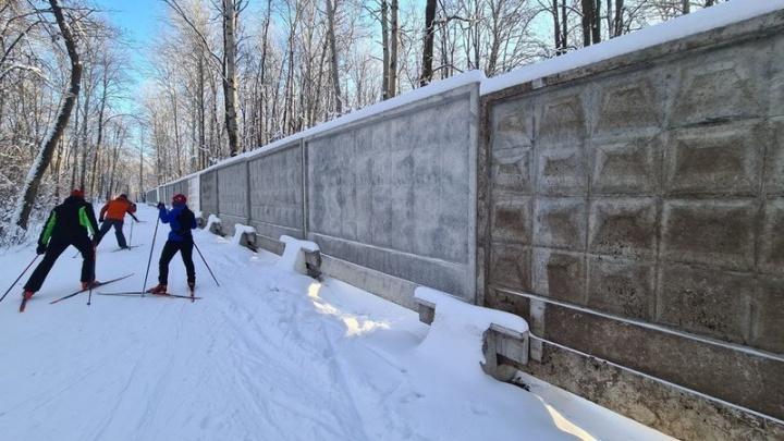 Жители Самары просят убрать заборы вокруг лыжной базы «Чайка»