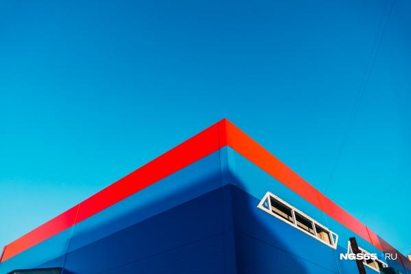 Сейчас здание ярко-синее, но оно может изменить этому оттенку в пользу корпоративных цветов известных торговых сетей