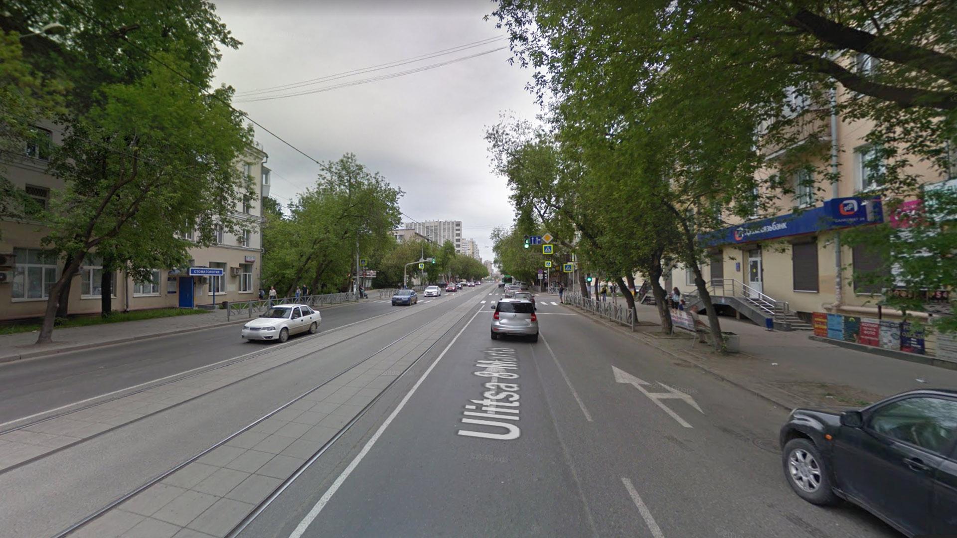Даже на узких улицах трамвай движется так, что ему мало кто может помешать